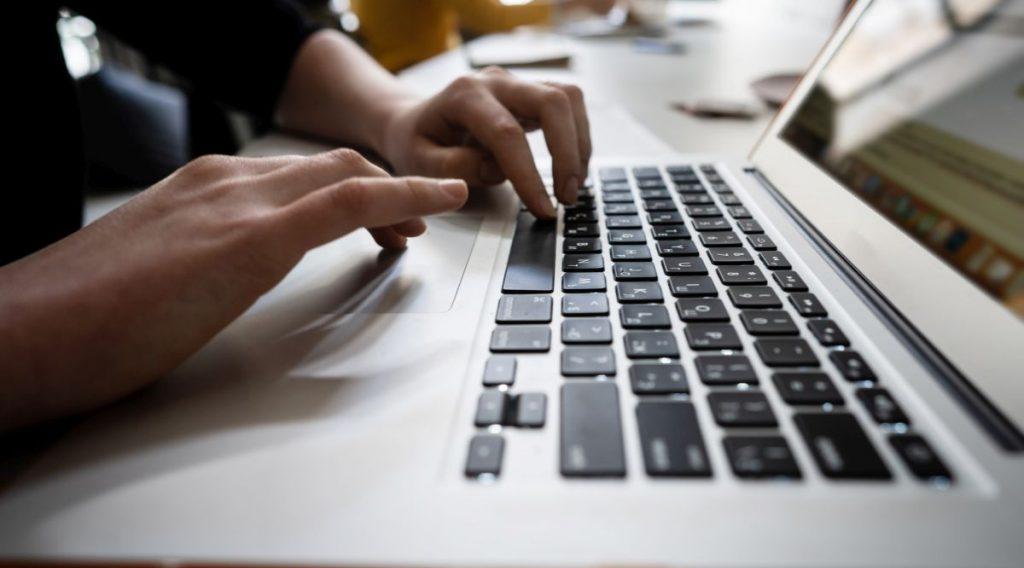 Jak rozpoznać oszustów na serwisach randkowych?